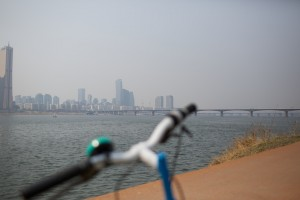 Han River / Han River Bridge from the perspective of sitting on the bike.