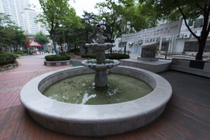 Fountain @ 16mm - Corrected in Lilghtroom