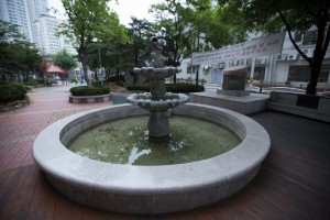 Fountain at 16mm, Uncorrected.
